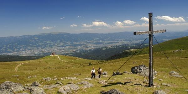 Saualpe- Zingerle Kreuz im Hintergrund die Wolfsberger Hütte bzw.Wolfsberg