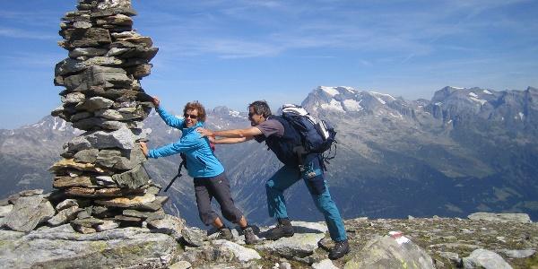 Der Steinmann auf dem Gipfel hält