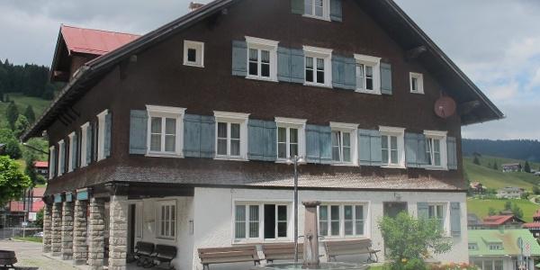 Schul- und Mesnerhaus