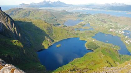Blick vom Gipfel des Nonstinden nach Norden auf die Seen Lågvatnet und Storvatnet, links hinten der Himmeltindan
