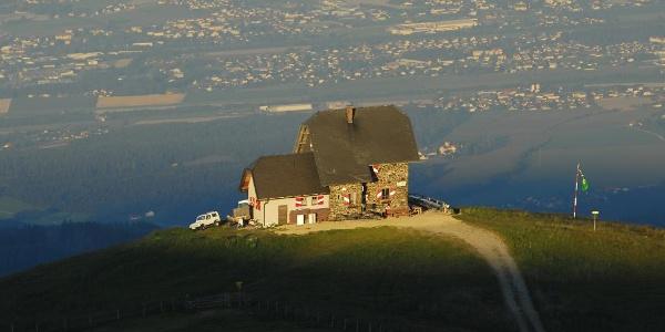 Saualpe- Wolfsberger Hütte mit Blick auf Wolfsberg