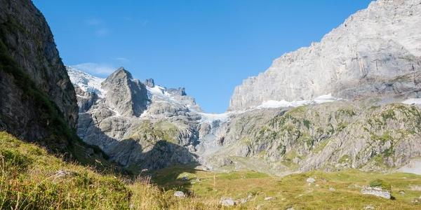 Die Alp Chüeplangg unter hohen Berggipfeln