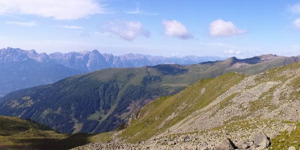 Blick hinunter zum Boden (Schatten) und Wiener Höhenweg hinaus zur Roaneralm