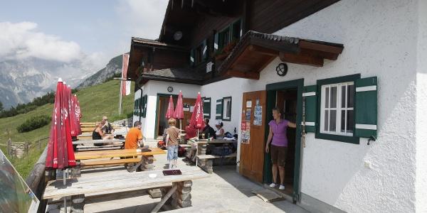 Einkehren- und Übernachtungsmöglichkeit auf der Hackl Hütte