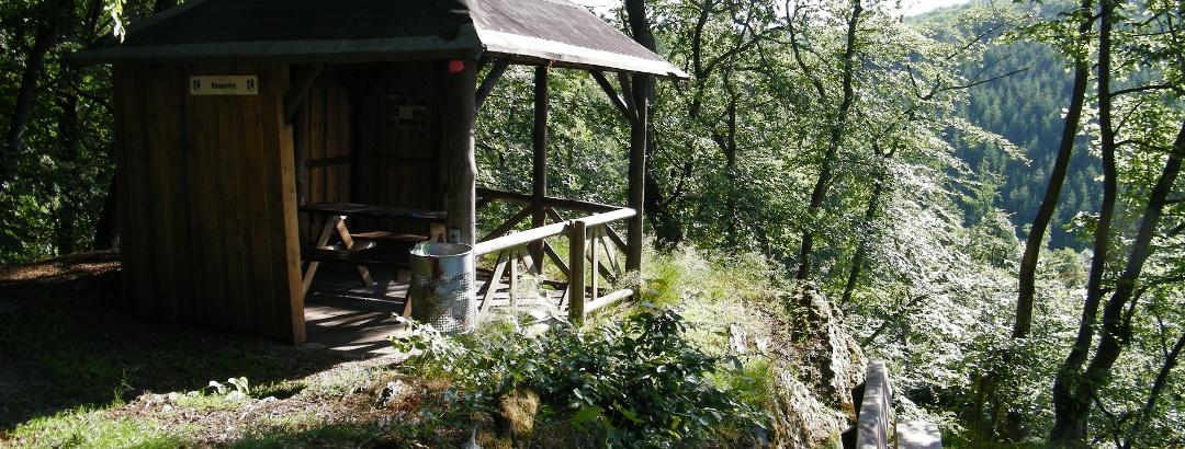 Die Nonnenley-Hütte liegt idyllisch auf einem Felsen über dem Engelsbachtal.