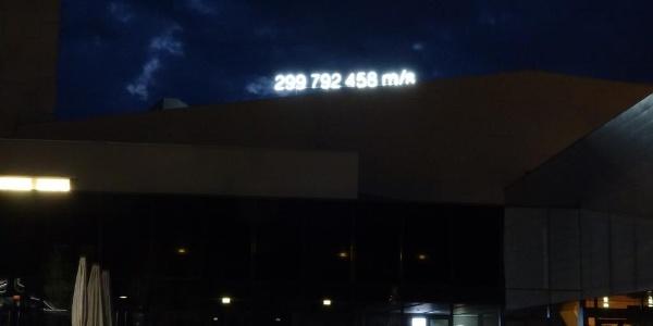 Schriftzug bei Nacht