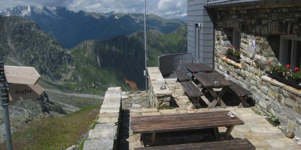 Terrasse der Medelserhütte mit Aussicht