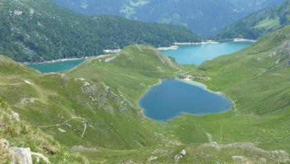Lago di Tom, dahinter der Stausee Lago Ritom