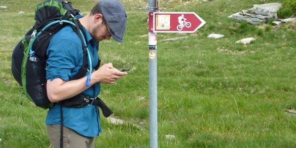 Wegweiser im Aufstieg von der Capanna Cadagno zum Passo dell' Uomo