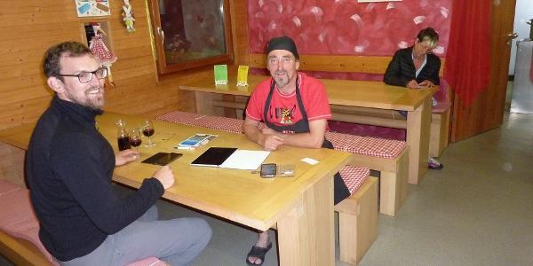 Julian mit Hüttenwirt Loris