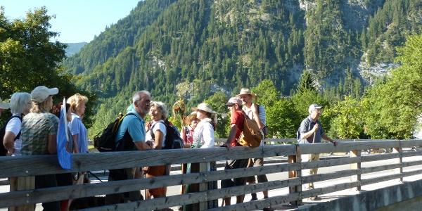 Der Weg führt aus Oberammergau heraus