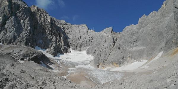 Das Zugspitzmassiv mit der Zugspitze (Mitte)