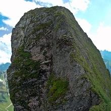 Steiler, aber gut gestufter Aufstieg auf den Mittelgipfel.