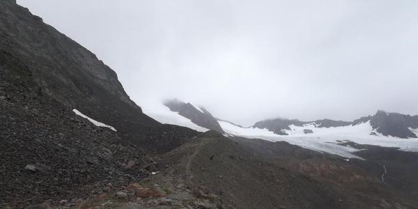 Hinter der Hütte geht der Steig Richtung Gletscher