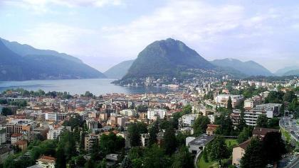 """Blick über Lugano auf den """"Zuckerberg"""", den Monte San Salvatore."""