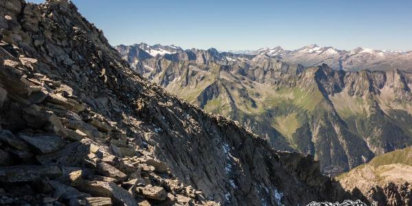 Gipfel mit Schrammacher, Olperer und Riffler im Hintergrund.