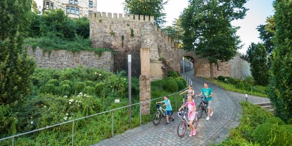 Radfahrer an der Burg Rode