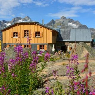 Die Rüsselsheimer Hütte mit dem Kaunergrat im Hintergrund