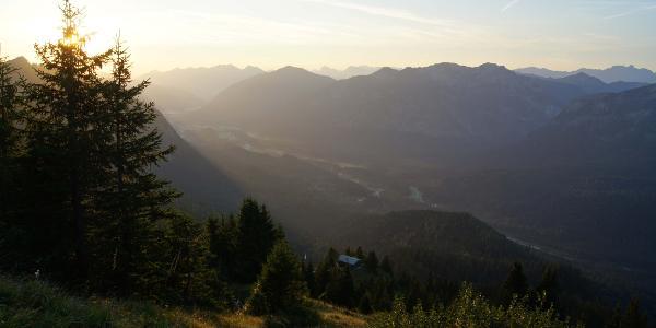Die Morgensonne hat die noch nächtlich ruhige Brunnenkopfhütte noch nicht erreicht