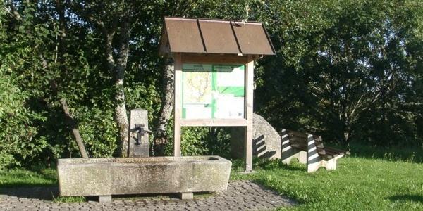 Wandertafel und Dorfbrunnen bei der Kirche in Dachsberg-Wilfingen