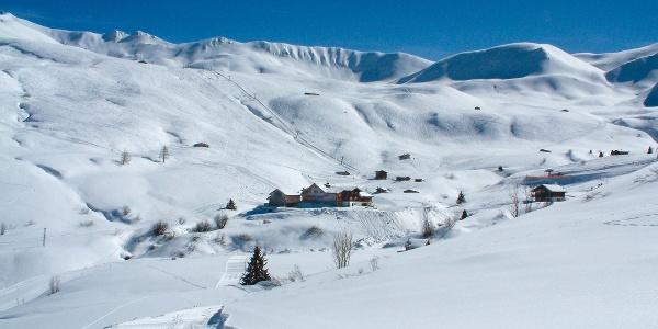 Ein Winterwanderweg führt vom Berghaus Arflina zum Berghaus Heuberge