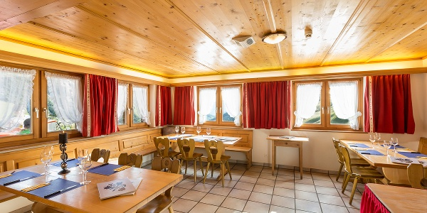 Der Gastraum im Berghaus Alpenrösli