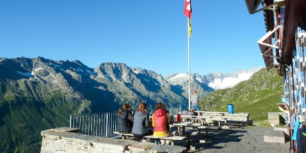 Blick von der Terrasse der Salbithütte in Richtung Dammastock (rechts)