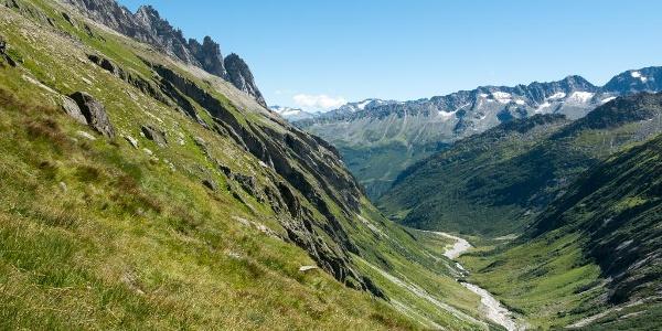 Blick zurück auf dem Weg oberhalb der Voralpreuss. Der mehrzackige Gipfel links unterhalb der Wolke ist der Salbitschijen. Der Grat rechts davon ist der kletterbare Ostgrat