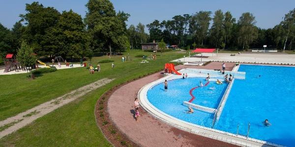 Von Mai bis September lockt das Freibad Welzow mit Angeboten im und am Becken.