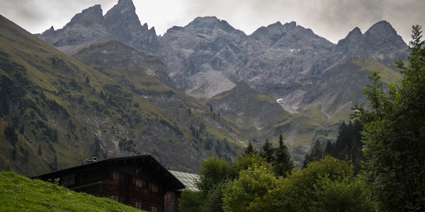Blick von Einödsbach zur Trettachspitze (2595 m), Mädelegabel (2645 m) und Hochfrottspitze (2649 m)