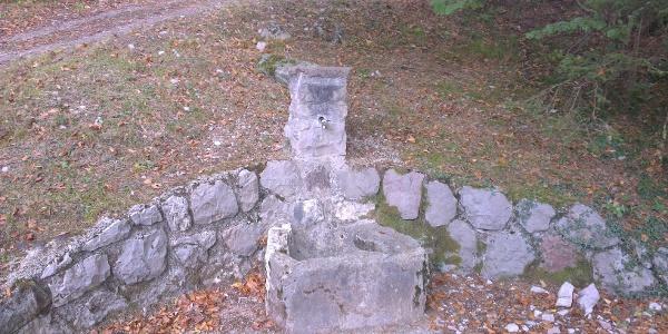 Brunnen auf dem Forstweg