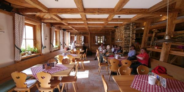 Gemütlicher Innenraum der Rudi-Hütte