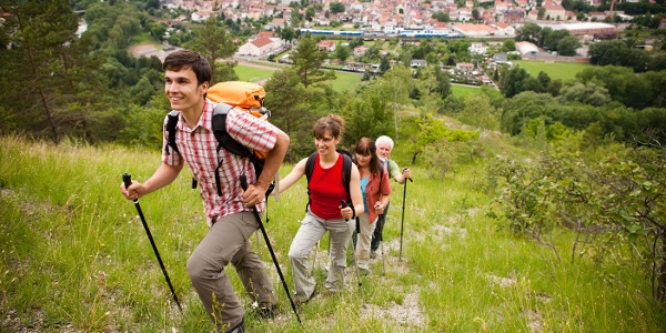 Wanderer mit Blick auf die Stadt Kahla