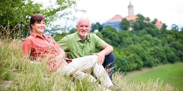 Wanderer mit der Leuchtenburg im Hintergrund