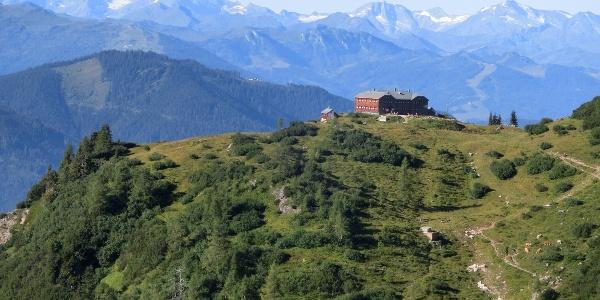 Hofpürglhütte, im Hintergrund die Hohen Tauern