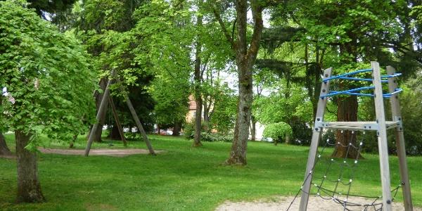 kleiner Spielplatz im Park Courbevoie