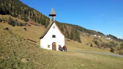 Die Kapelle in Ameishaufen mit Blick zurück nach Hochasten.