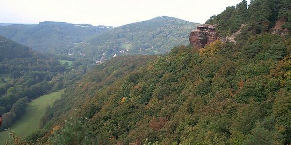 Blick ins Rurtal und auf Buntsandsteinfelsen