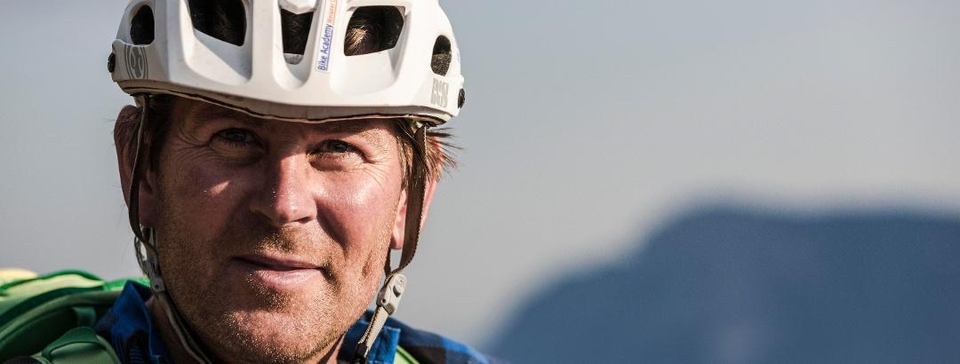 Mich mit Helm und sehr zufrieden bei einer tollen Biketour
