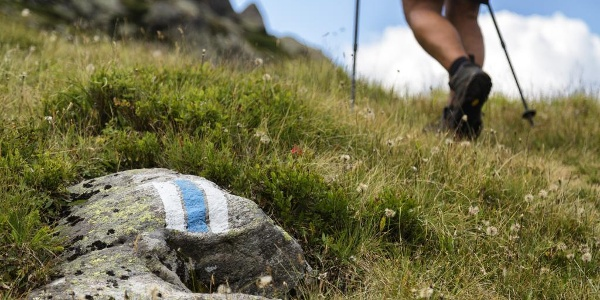 Vallülaweg, weiß-blau-weiße Wegmarkierung