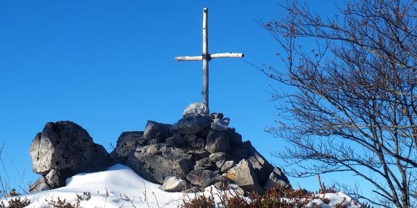 Kleines Holzkreuz auf der Schwalbenmauer ~1140m