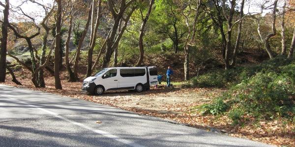 Parkmöglichkeit für die Kletterfelsen Doupiani, Grail und weitere