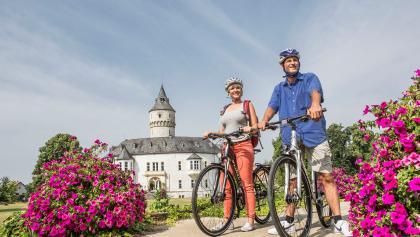 Radfahrer vor dem Schloss Oelber, Oelber am weißen Wege