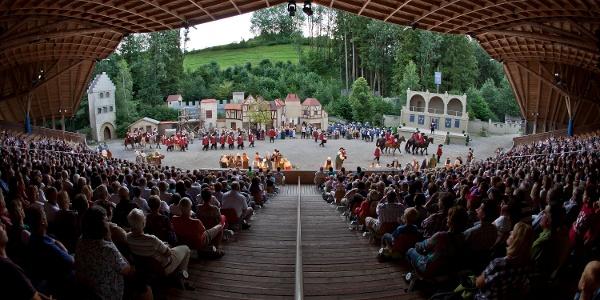 Blick von der Tribüne auf die Bühne