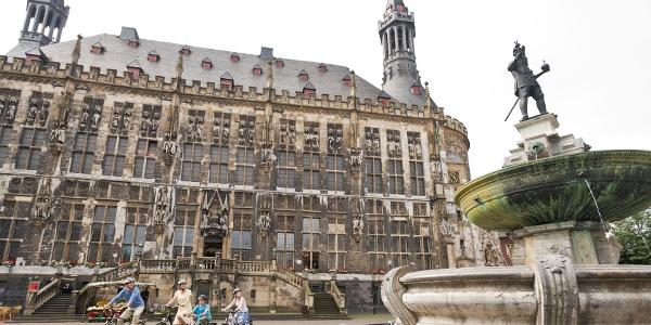 Radfaher am Aachener Rathaus