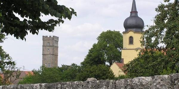 Burg- und Kirchturm hinter der Stadtmauer in Aub