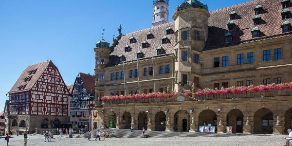 Marktplatz mit dem Rathaus in Rothenburg