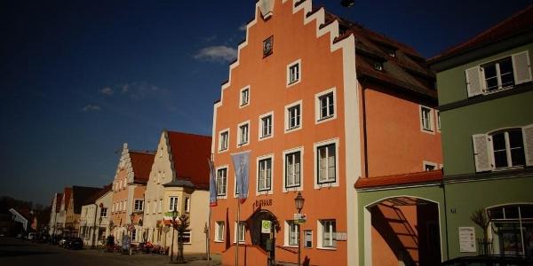 Rathaus am historischen Marktplatz in Langquaid