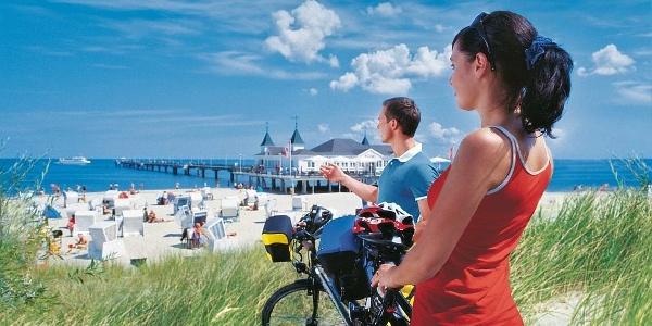 Radfahrer an der Seebrücke von Ahlbeck auf der Insel Usedom