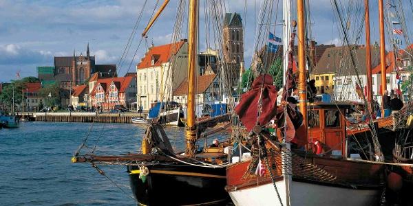 Boote schaukeln im Hafen der Hansestadt Wismar
